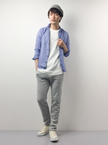 綿麻シャツ×Tシャツ×スウェットパンツ