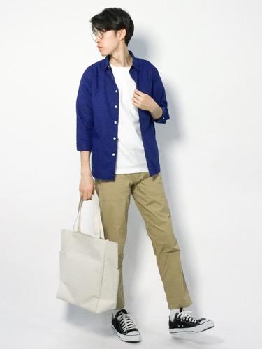 ネイビーシャツ×白Tシャツ×チノパン