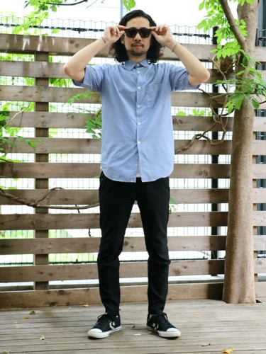 サックスシャツ×黒パンツ×黒スニーカー