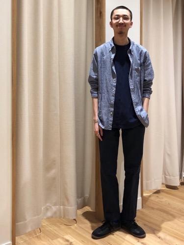 綿麻シャツ×ネイビーTシャツ×黒スラックス