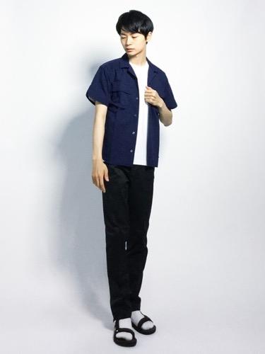 ネイビーシャツ×白無地Tシャツ×黒パンツ