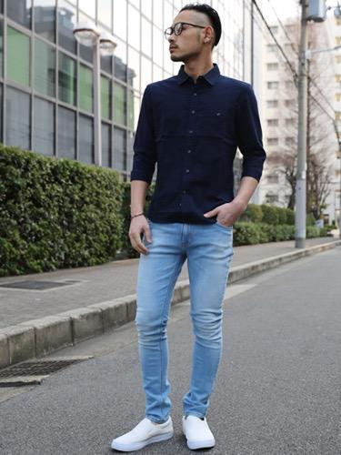 ネイビーシャツ×スキニーデニム×白スリッポン