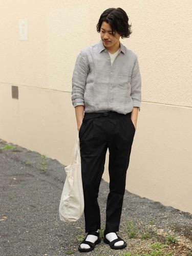リネンシャツ×黒スラックス×サンダル