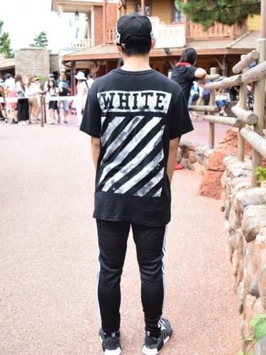 Tシャツ×トラックパンツ×スニーカー