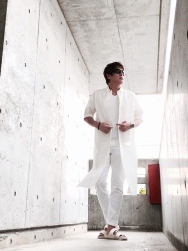 白ロングシャツ×白パンツ×サンダル