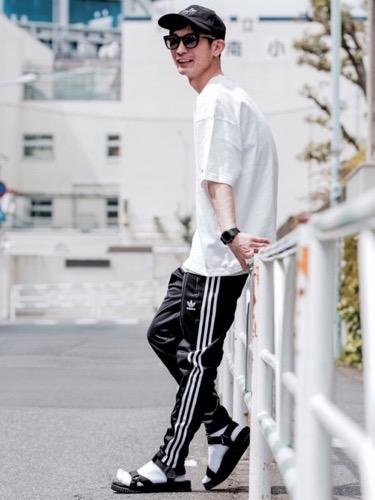 白Tシャツ×トラックパンツ×サンダル