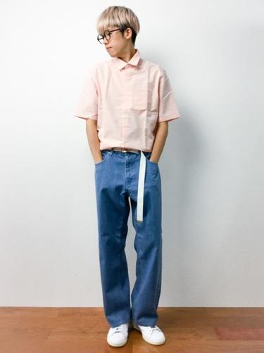 ピンクシャツ×デニム×ガチャベルト