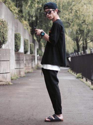 黒Tシャツ×イージーパンツ×サンダル