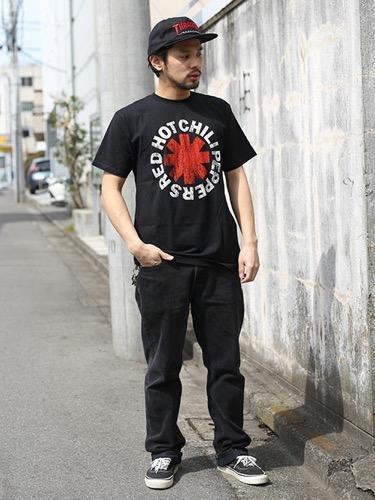 バンドTシャツ×ブラックデニム×スニーカー