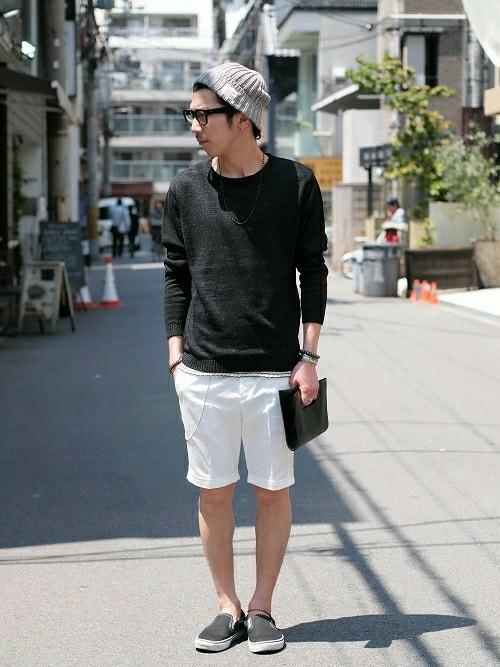 黒長袖ニット×白ハーフパンツ