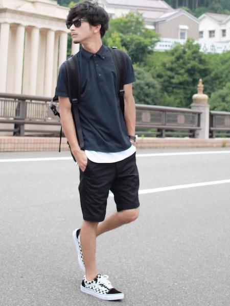 黒ポロシャツ×白T×黒ハーフパンツ