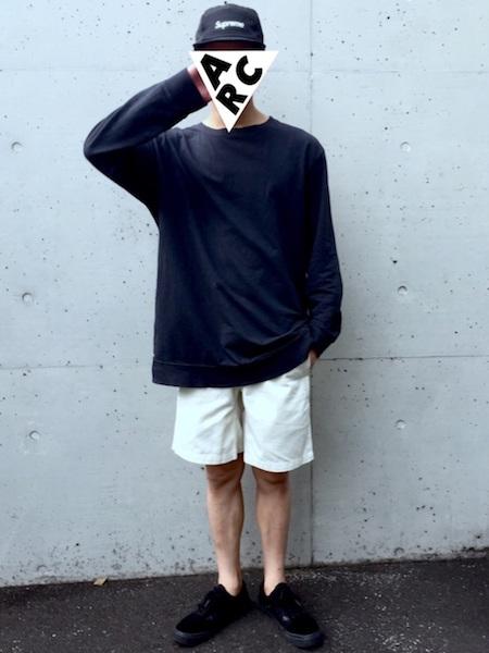 ネイビー長袖T×白ハーフパンツ