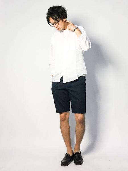 白シャツ×黒ハーフパンツ