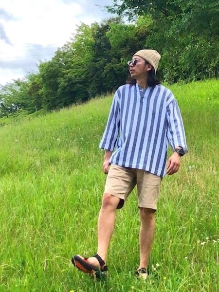 ストライプシャツ×ベージュパンツ