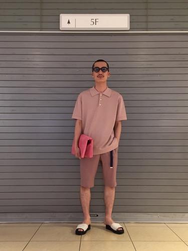 ピンクポロシャツ コーデ