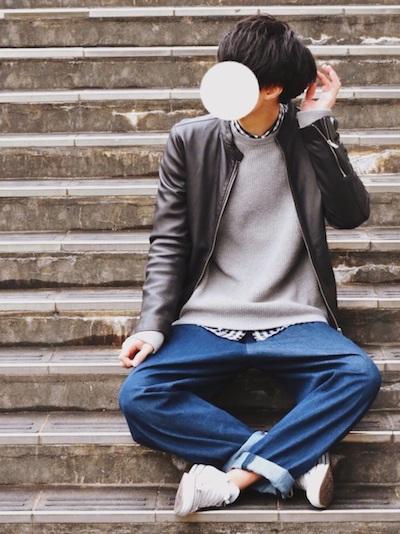 ライダースジャケット×グレーニット×チェックシャツ×ネイビーパンツ コーデ