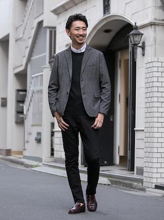 グレージャケット×黒ニット×白シャツ×黒パンツ