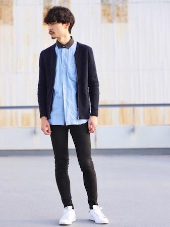 ニットカーディガン×青シャツ×黒スキニーパンツ