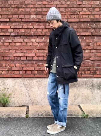 グレーニット帽×黒マウンテンパーカー×グレーニット×デニム
