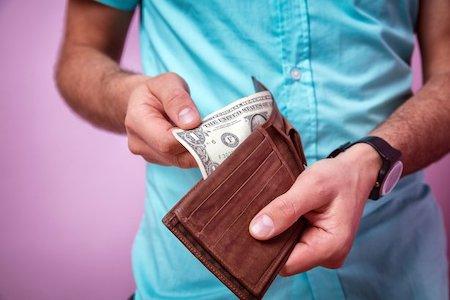 お金の少ない男性