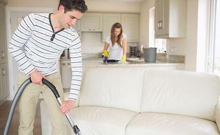 掃除するカップル