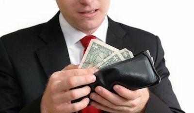 お金を確認する男性