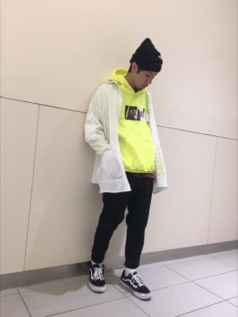 黄色パーカー コーデ