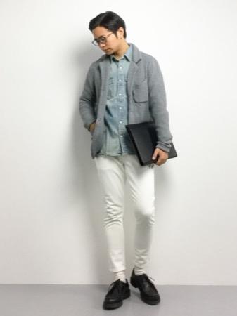 ニットジャケット×ダンガリーシャツ×白パンツ