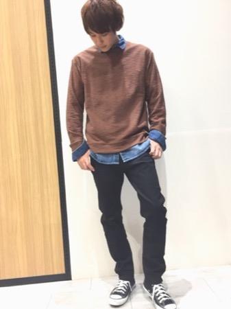 ブラウンニット×ダンガリーシャツ×黒スキニーパンツ