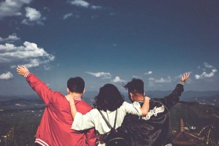 友達と肩を組む
