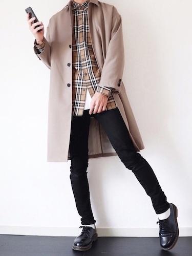 ベージュステンカラーコート×チェックシャツ×黒スキニーパンツ