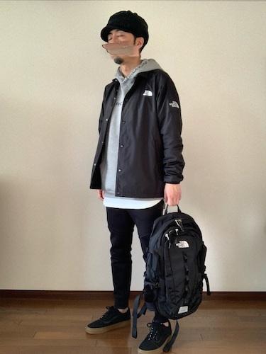 黒コーチジャケット×グレーパーカー×黒スキニーパンツ