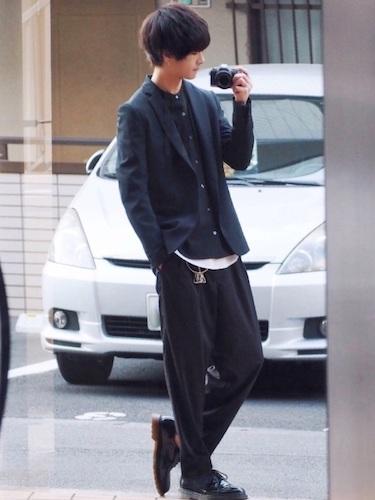 黒テーラードジャケット×黒シャツ×黒ワイドパンツ