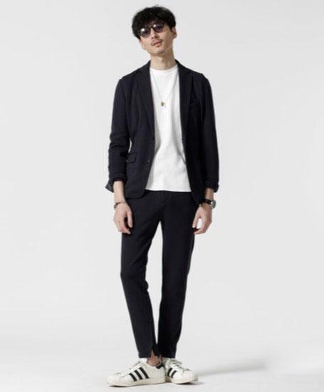 黒テーラードジャケット×白T×黒イージーパンツ