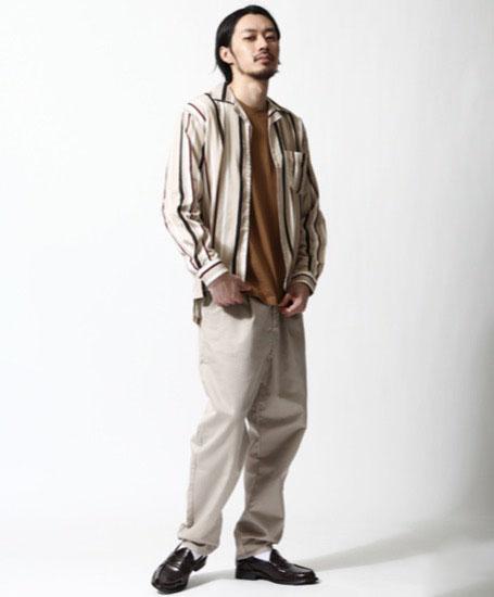 ストライプオープンカラーシャツ×ブラウンT×ベージュワイドパンツ
