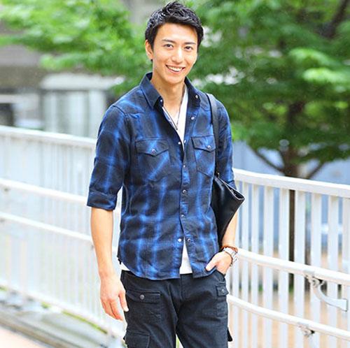 青 チェックシャツ