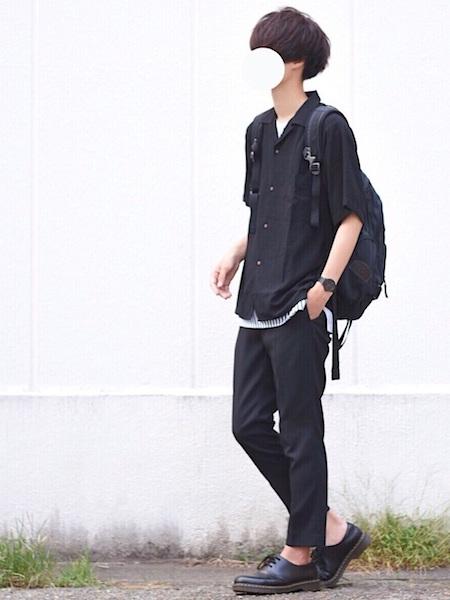 黒シャツ×白Tシャツ×黒スラックス