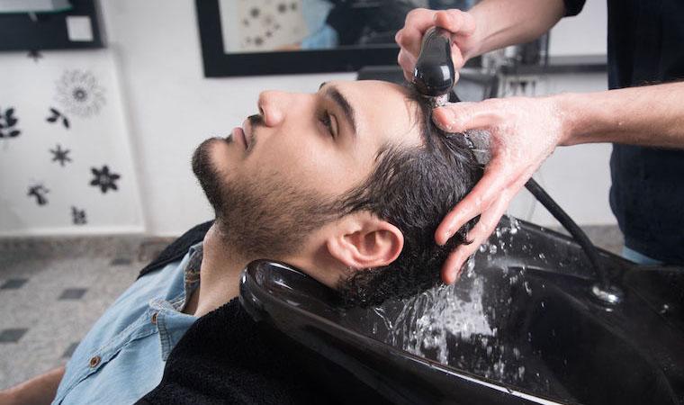 髪を洗う男