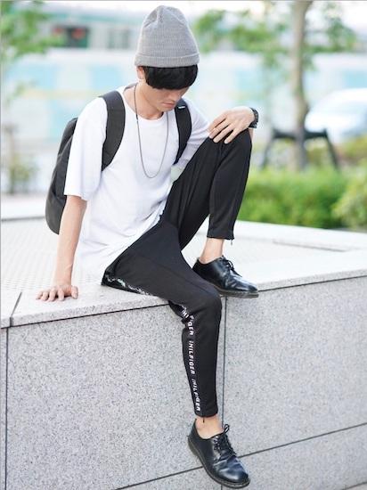 白Tシャツ×黒トラックパンツ