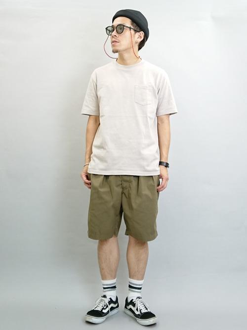白ポケットTシャツ×ハーフパンツ×黒スニーカー