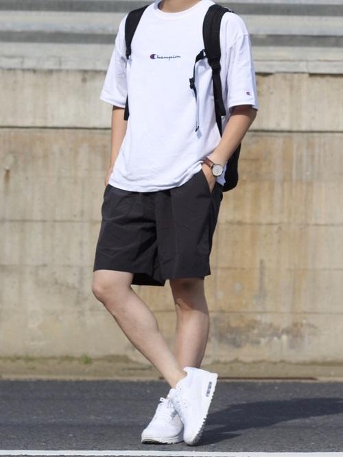 白Tシャツ×ハーフパンツ×白スニーカー