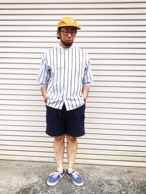 ベースボールシャツ×ハーフパンツ×スニーカー