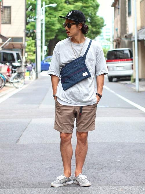 ポケットTシャツ×ハーフパンツ×スニーカー