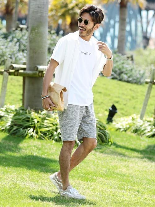 白半袖シャツ×ロゴTシャツ×ハーフパンツ