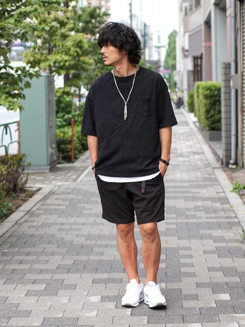 黒Tシャツ×ハーフパンツ×白スニーカー