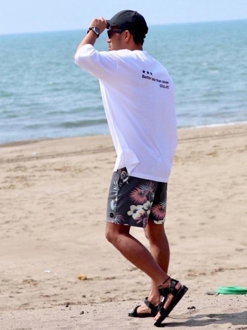 白Tシャツ×ハーフパンツ×スポーツサンダル