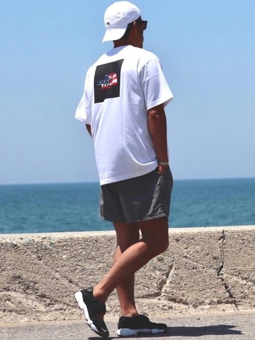 白Tシャツ×ハーフパンツ×黒スニーカー
