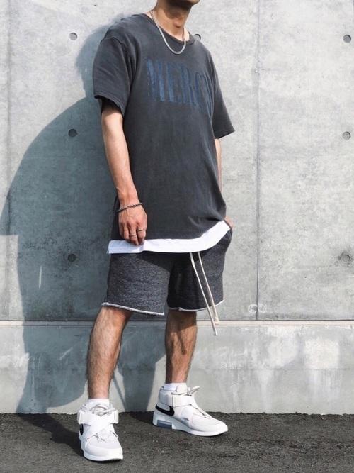 黒Tシャツ×白Tシャツ×ハーフパンツ