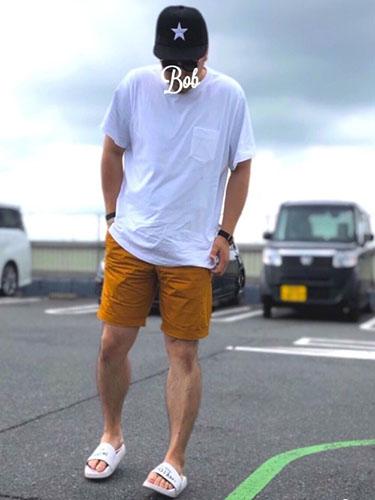 白ポケットTシャツ×山吹色ショーツ×シャワーサンダル