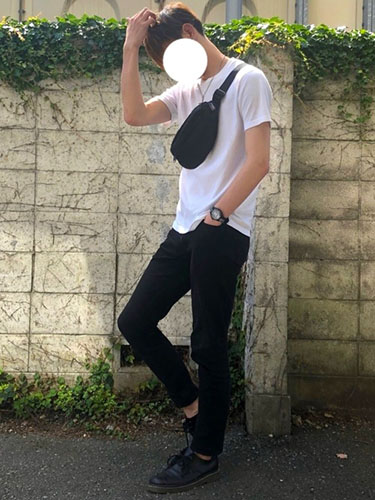 白Tシャツ×黒スキニー×黒ダービーシューズ